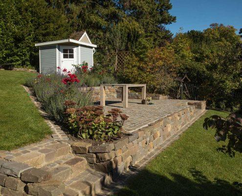Hanggarten mit Natursteinterrasse