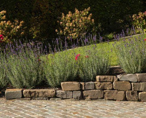 Pflasterarbeiten Naturstein im Terrassenbau Hanggarten