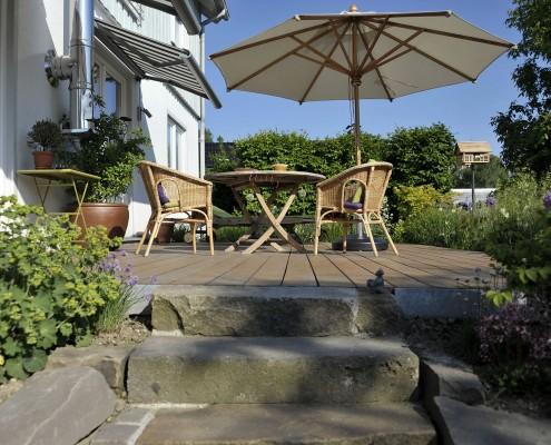 Hausgarten mit Holzterrasse