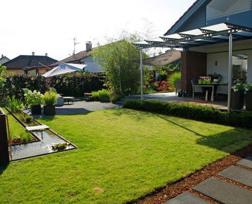 Hausgarten mit Wasserlauf