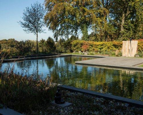 Garten mit Schwimmteich und Gartendusche