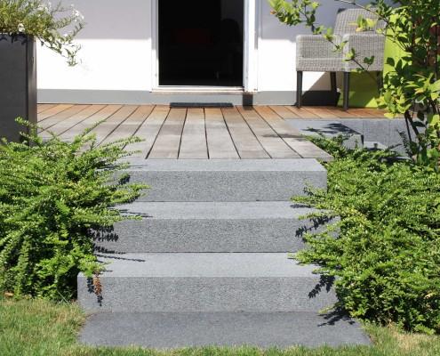 Holzterrasse und Stufen in Anthrazit