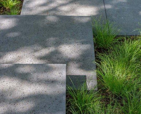 Vorgarten in Hartenfels: Freischwebende Stufen aus Beton-Großformatplatten