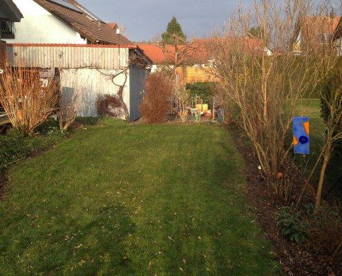 Hausgarten mit Wasserlauf vor der Umgestaltung