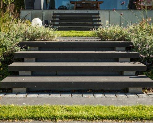 Gartentreppe aus Beton im Hausgarten