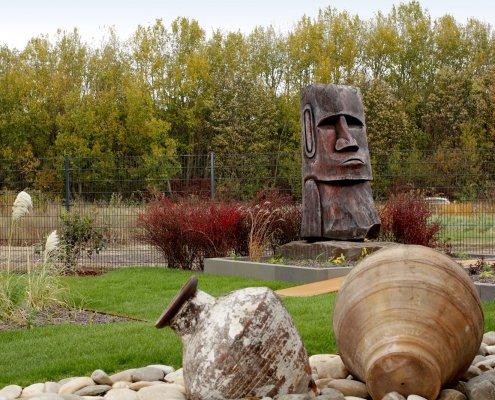 Musterhaus Holzskulptur im Garten