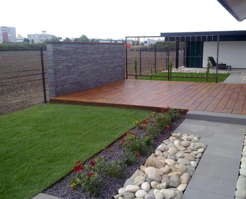 Holzterrasse in Kombination mit Naturstein