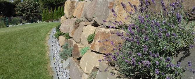 Eine Natursteinmauer im Garten