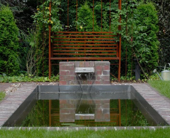 Materialienmix in einem modernen Garten