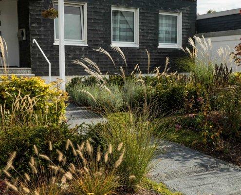 Wegegestaltung und Bepflanzung im Vorgarten