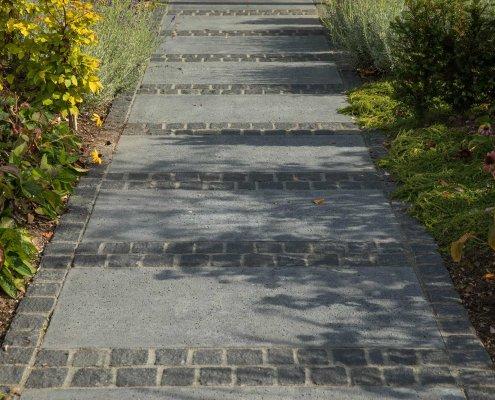 Wegeflächen: Betonstein und Kleinpflastersteine