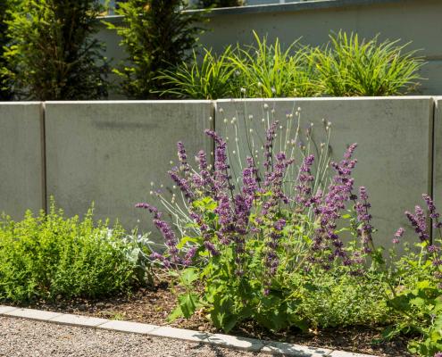 Hangabstützungen aus Beton und Pflanzung